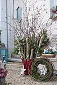 Ländliche Weihnachtsdeko mit Birkenstämmen, Birkenzweigen und Tannenzweigen