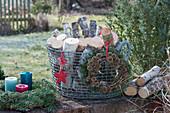 Korb mit Birkenstämmen, weihnachtlich mit Stern, Kranz mit Zapfen und Kranz mit Kerzen