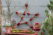 Stern aus Zimtstangen mit Zapfen, Kugel und Kerze Weihnachtsdeko