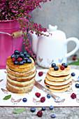 Pancakes mit Sirup und Beeren