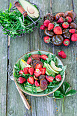 Rucolasalat mit Tomaten, Erdbeeren und Avocado