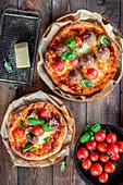 Pizza mit Fleischbällchen und Kirschtomaten