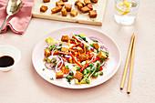 Asiatischer Gemüsesalat mit gebratenem Tempeh