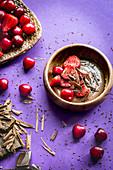 Schokoladenpudding mit Erdbeeren und Kirschen