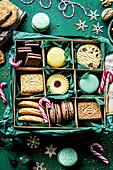 Verschiedene Weihnachtsplätzchen in Keksdose