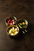 Eingelegtes Gemüse in Schälchen als Beilage (Asien)