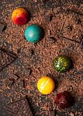 Bunte Pralinen auf geriebener Schokolade