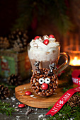 Rentier-Rice-Krispie mit heißer Schokolade zu Weihnachten
