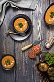 Tomatensuppe mit Sauerrahm und Petersilie