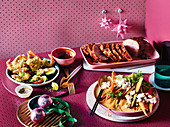Weihnachtsessen mit glasiertem Schinken, Garnelen mit Pflaumensauce und Kamillen-Möhren