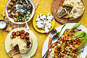 Osterlunch mit Gemüsesalat, Filoteigpastete, Plätzchen, Bratkartoffeln und Zitronenkuchen