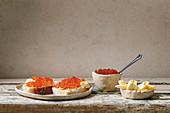 Weißbrotscheiben mit Butter und rotem Lachskaviar