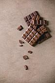 Dunkle Schokolade und Milchschokolade in Tafeln, Riegeln und Stückchen