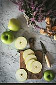 Grüner Apfel in Scheiben geschnitten auf Holzbrett