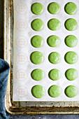 Matcha-Macarons zubereiten: Teigkreise auf Backblech