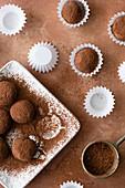 Schokoladentrüffel bestäubt mit Kakaopulver