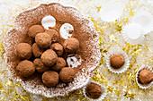 Weihnachtliche Schokoladentrüffel bestäubt mit Kakaopulver