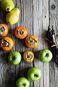 Sharon, Äpfel und Birnen auf rustikalem Holzuntergrund