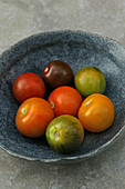 Bunte Baby-Heirloom-Tomaten in Keramikschale