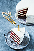 Glutenfreie Red Velvet Cake, angeschnitten mit Geburtstagskerze