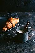 Croissant und heiße Milch