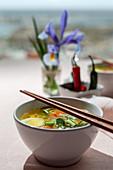 Japanische Nudelsuppe mit Ei, Shiitake, Spinat, Möhren und Chili