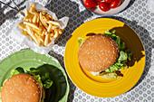 Veganer Linsen-Burger mit Pommes frites