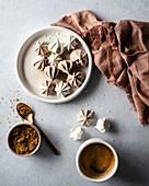 Schokoladen- und Vanille-Baiserrosetten