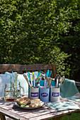 Selbstgemachter Besteckträger aus Pastell bemalten Konservendosen