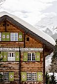 Historisches Haus im Dorf Klosters, Graubünden, Schweiz