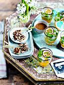 Sate-Hähnchenspieße serviert mit Passionsfrucht-Cocktails