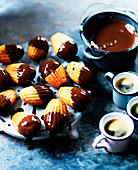 Madeleines mit Schokoladenglasur serviert zum Espresso