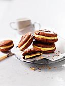 Schokoladen-Macarons mit Cremefüllung