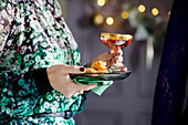 Weihnachtsfeier mit Häppchen und Cocktail