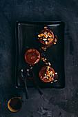 Sticky Toffee Pudding mit Pekannüssen und Toffeesauce