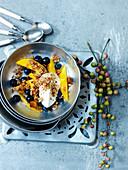 Mango-Blaubeer-Crumble mit Joghurt
