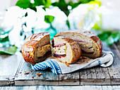 Gefülltes Brot mit Schinken, Käse und Gemüse