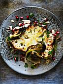 Gegrillter Blumenkohl mit Granatapfelkernen und weisser Sauce