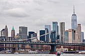 Blick auf Brooklyn Bridge und Manhattan, New York City, USA