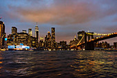 Blick auf die Brooklyn Bridge und Manhattan in Abendbeleuchtung, New York City, USA