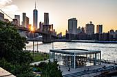 Blick auf die Brooklyn Bridge, im Vordergrund Janes Karussell, New York City, USA