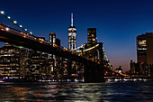Blick auf Brooklyn Bridge in Abendbeleuchtung, New York City, USA