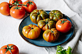 Ripe fresh tomatoes in bowl on table