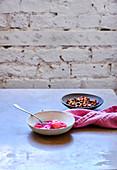 Rhabarberkompott mit Granola zum Frühstück