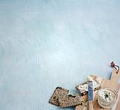 Knäckebrot mit Chia bestrichen mit Frischkäse