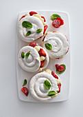 Baisertörtchen mit Erdbeeren und Vanillecreme