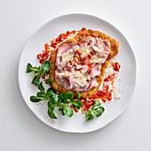 Cotoletta alla bolognese (Paniertes Schnitzel mit Rohschinken und Parmesan, Italien)