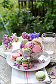 Flieder und Akelei in Gläschen, Fliederblüten als Dekoration auf Macarons