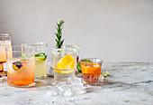 Verschiedene Cocktails auf Marmortheke