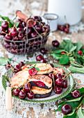Syrniki (Hüttenkäsepfannkuchen) mit Schokolade und Kirschen